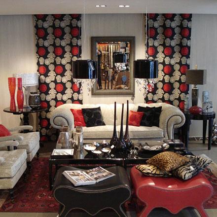 Δημιουργία διακοσμητικών κατασκευών, μαξιλάρια εσωτερικών και εξωτερικών χώρων, couvre lit, ριχτάρια, καλύμματα, κρεββατόγυρους (bed valances), κεφαλάρια και ουρανούς.